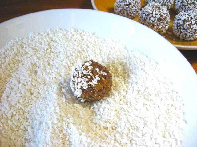 Обкатуємо цукерки в кокосовій стружці.