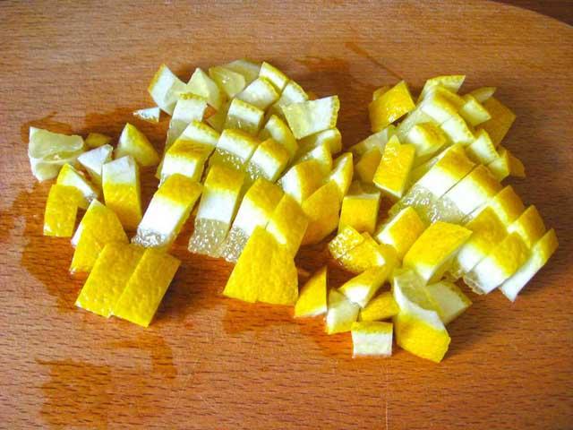 Порізаний шматочками лимон.