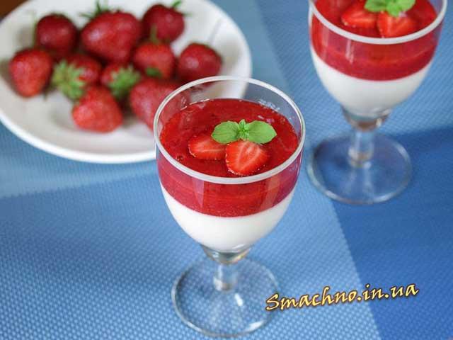Сирковий десерт з полуничним сиропом готовий.