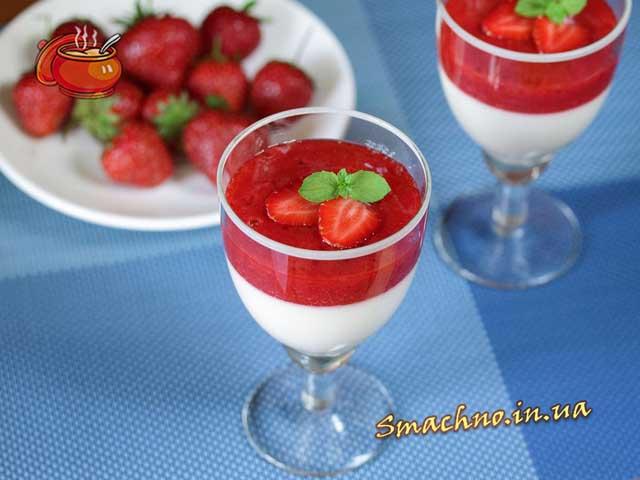 Сирковий десерт з полуничним сиропом.