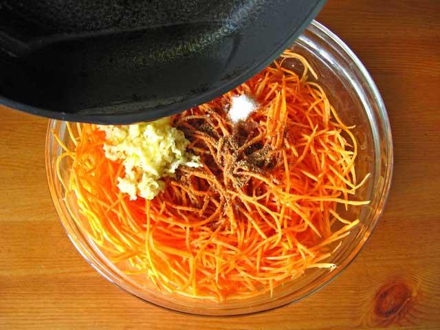 Додаємо до моркви гарячу олію.
