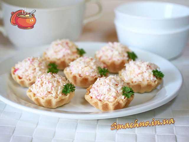 Закуска з крабових паличок, яєць і сиру