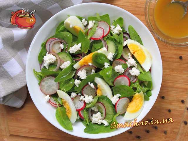 Салат з редискою, шпинатом і медово-гірчичною заправкою