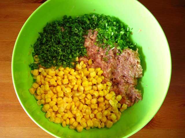 Додаємо кукурудзу, петрушку і зелену цибулю.