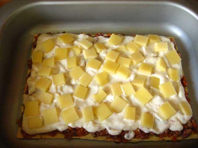 Викладаємо сир на соус бешамель.