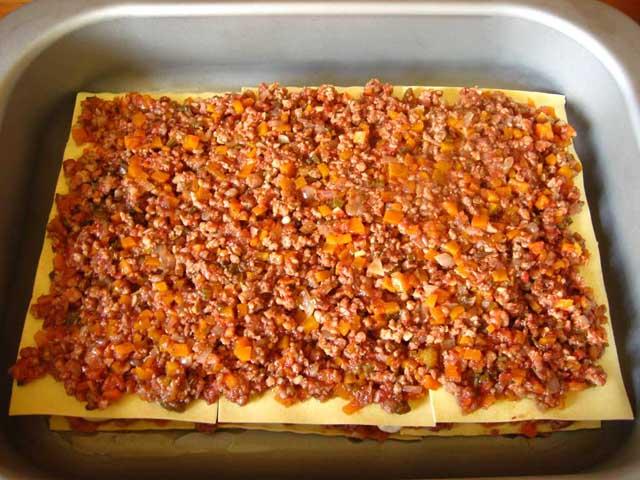 На другий шар листів лазаньї викладаємо соус болоньєзе.