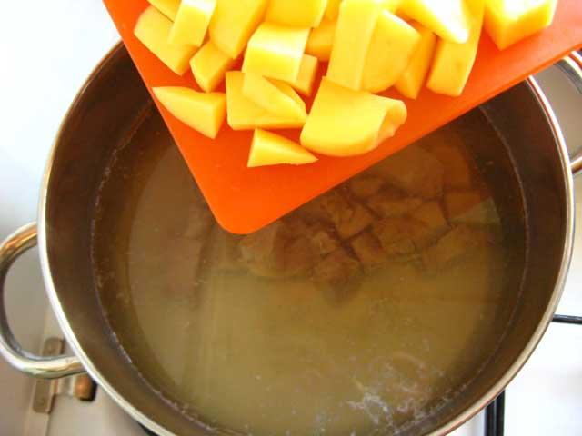 Кладемо картоплю в каструлю.