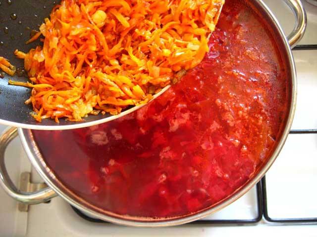 Додаємо обжарену моркву і цибулю в каструлю.