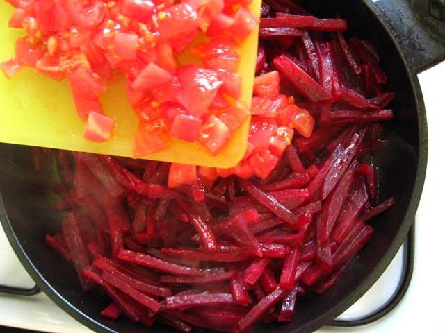 Додаємо помідор і оцет.