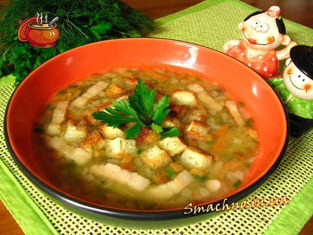 Гороховий суп з копченою грудинкою і грінками. Рецепт приготування.