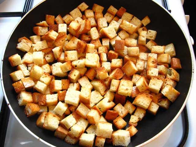 Гороховий суп з копченим шпондером і грінками готовий.Грінки обсмажуються в сковорідці.