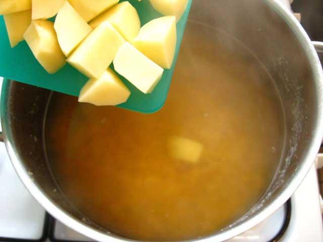 Додаємо картоплю в кструлю.
