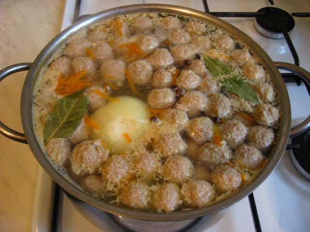 Додаємо духмяний перець, лавровий лист і варимо ще 5 хв. Суп з фрикадельками готовий.