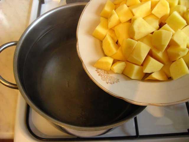Додаємо картоплю в каструлю.