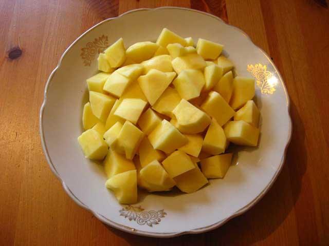 Нарізана кубиками картопля.