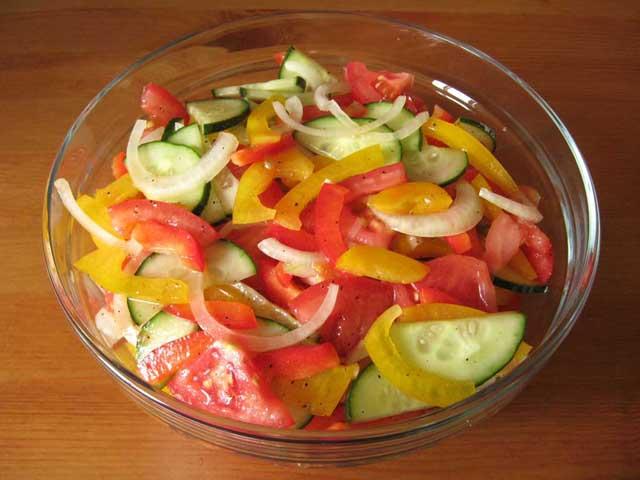 Змішані і заправлені соусом інгредієнти.