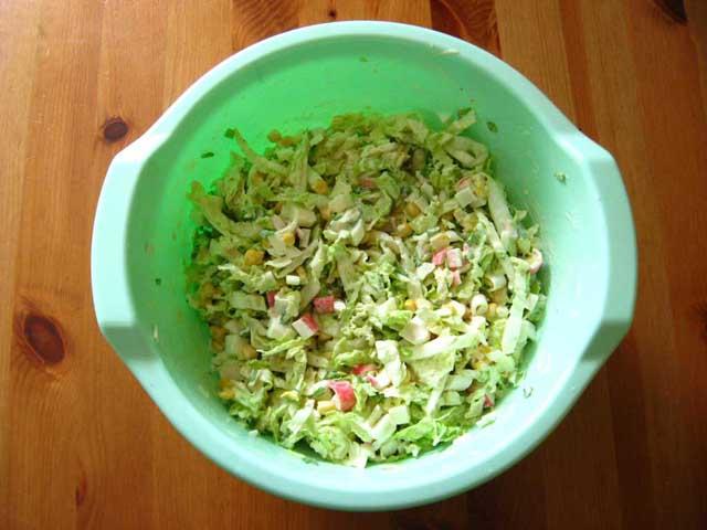 Додаємо майонез і все вимішуємо. Салат з пекінської капусти і крабових паличок готовий.