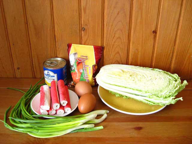 Салат з пекінської капусти і крабових паличок.