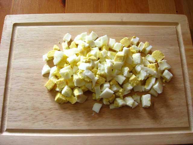 Нарізані кубиками яйця.