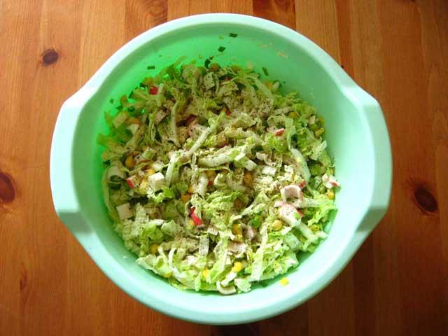 Всі інгредієнти складаємо в посудину, солимо і перчимо.