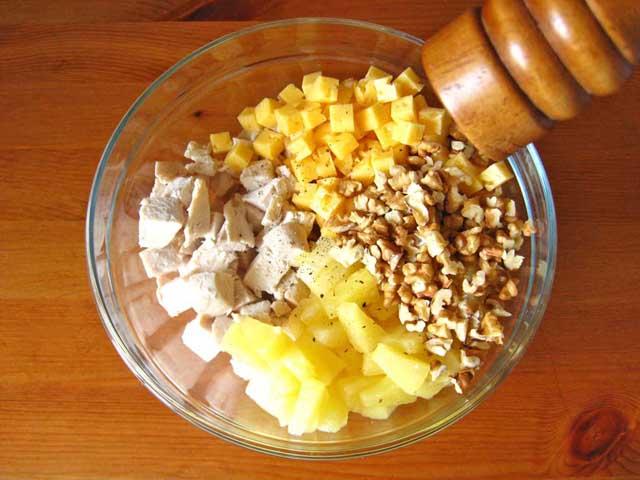 Викладаємо всі інгредієнти в посудину, солимо і перчимо.
