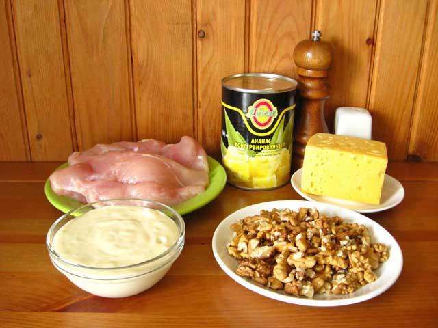 Салат з куркою і ананасом.