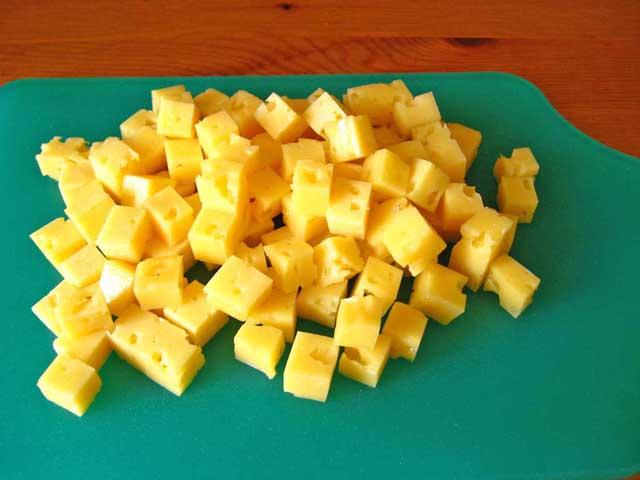 Порізаний кубиками сир.