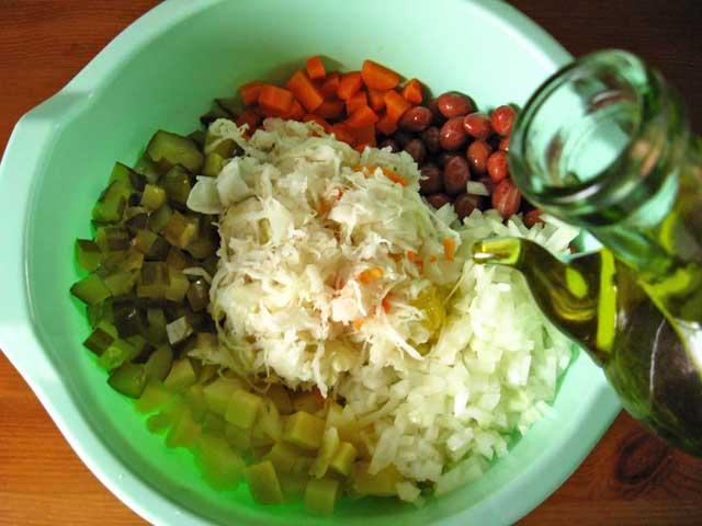 Всі підготовлені овочі окрім буряка складаємо в миску і заправляємо олією.