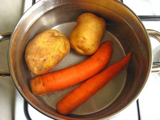 Відварюємо картоплю з морквою.