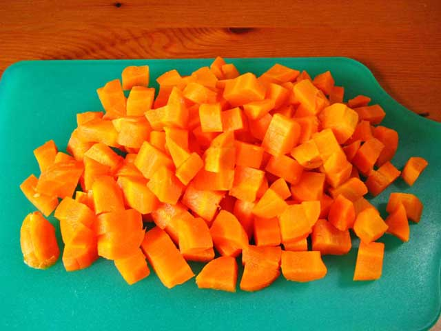 Порізана кубиками морква.