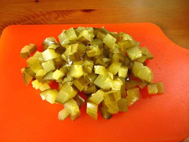 Порізані кубиками квашені огірки.