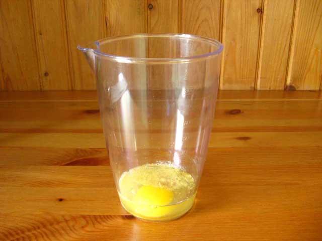 Яйце, сіль, перець, гірчиця і лимонний сік в стакані для блендера.