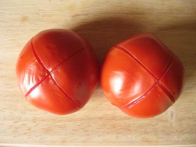Очищаем помидоры от кожицы.