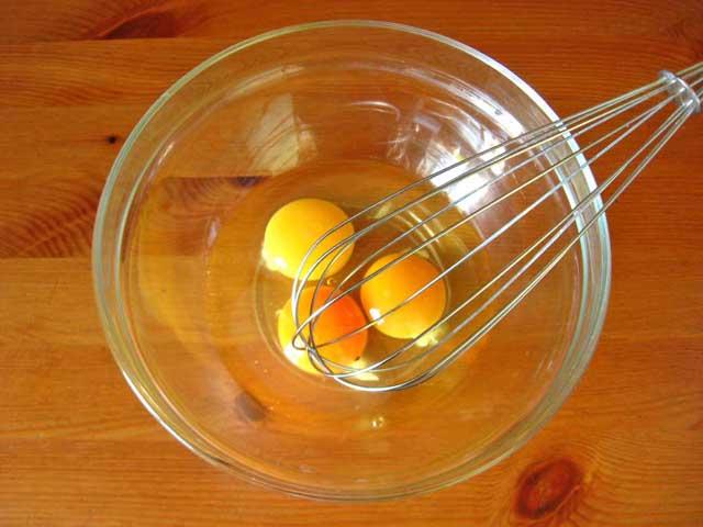 Збиваємо яйця.