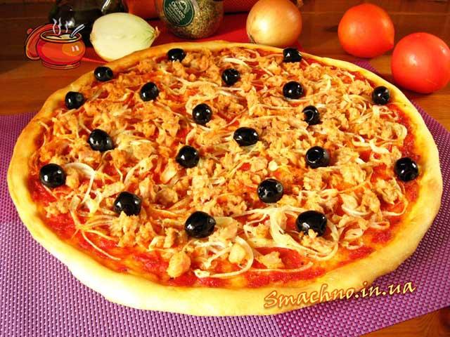 Піца з тунцем і цибулею