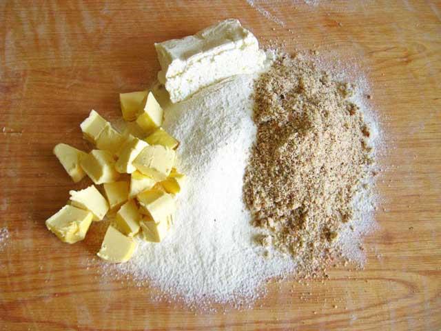 Вершкове масло, сир, борошно і мускатний горіх.