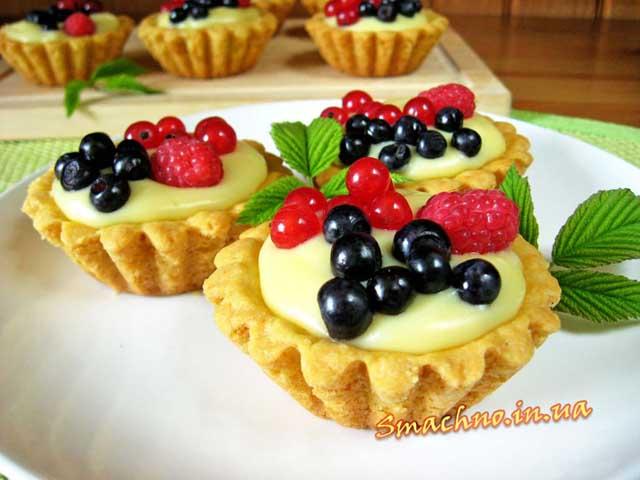 Тарталетки з ягодами і заварним кремом готові.