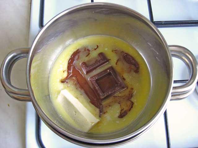 На водяній бані розтоплюємо шоколад і вершкове масло.