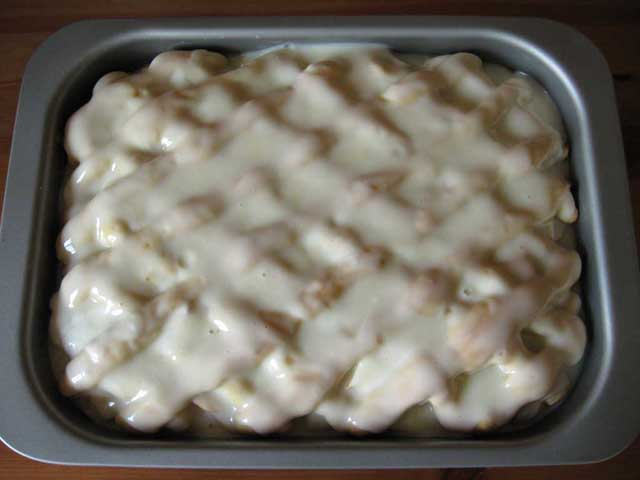 Викладаємо крем на готовий пиріг.