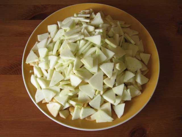 Нарізані плюстерками яблука.