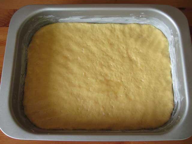 Викладене в деко тісто.