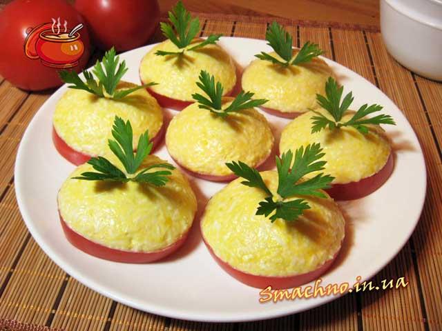 Плавлений сирок з часником на помідорах. Фото.