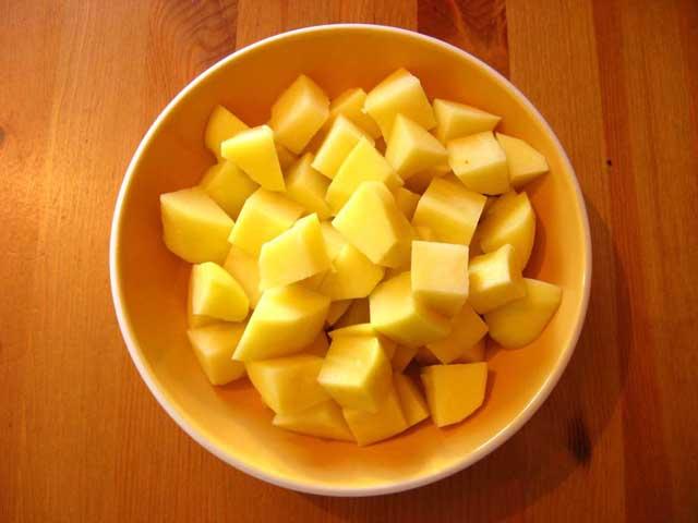 Нарезанный картофель.