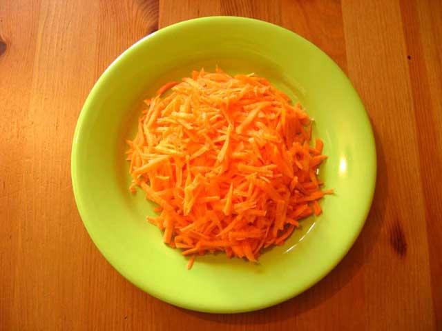 Потертая на крупной терке морковь.