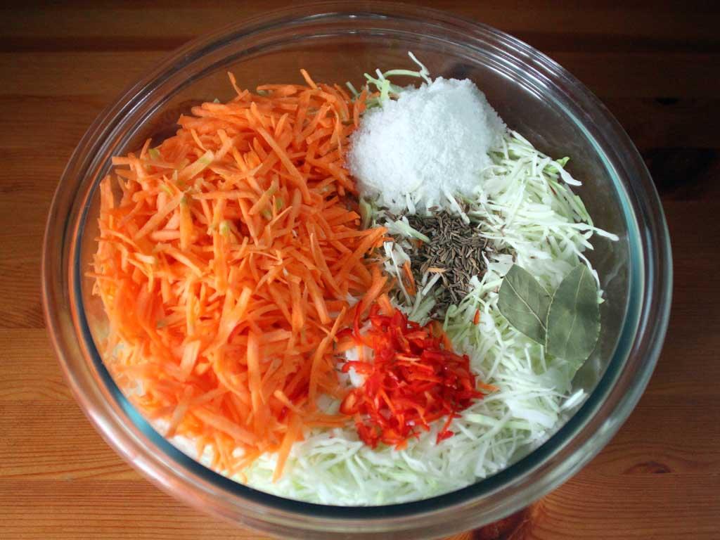 Капуста, морква, червоний гострий перець, сіль, кмин і лавровий лист.